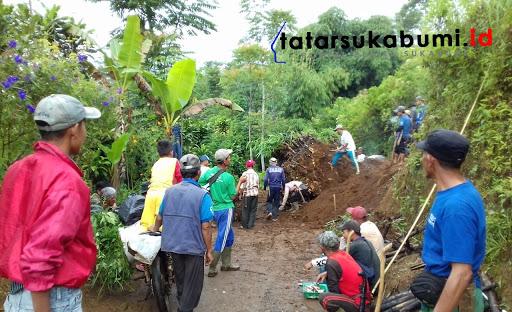 Longsor tutup akses jalan di Desa Cipeteuy Kabandungan // Foto : Asep M-Rhe