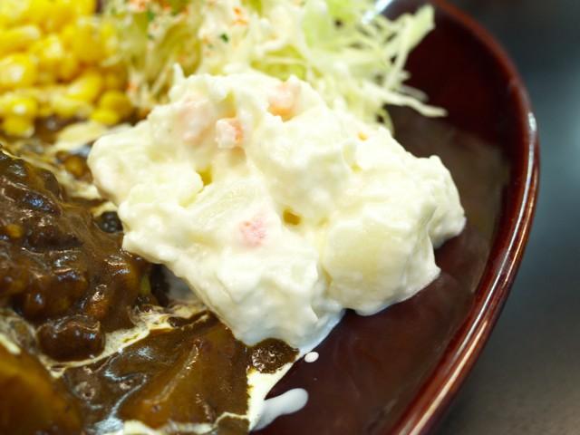 皿の脇に盛られたポテトサラダ