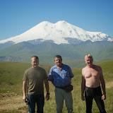 À 2000 m près de Khasaut (Karachaiévo-Tcherkessie) : Le chauffeur de taxi, Jacques Marquet et Yuri Berezhnoi, devant l'Elbruz. 17 août 2014. Photo : J. Michel