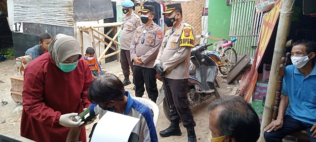 Usai Vaksin Puluhan Warga Tanggul KW 6 Karang Pawitan ,Polres Karawang Bagikan Sembako.