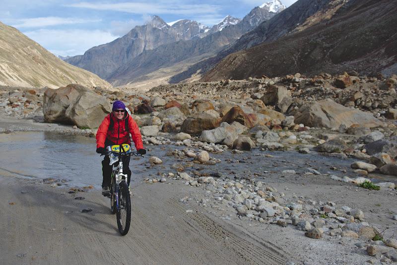Da-i inainte ca merge, la una din multele treceri prin fagasele afluentilor Chandratalului.