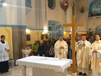 Tömjénezés Krisztus keresztje és az oltár előtt, balról Vadkerti József, Bodó Zoltán és Molnár Tamás lelkiatyák.JPG