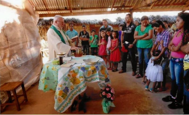 Padre Ugo Montagner presiede l'Eucarestia in una delle comunità di Alto Parnaiba