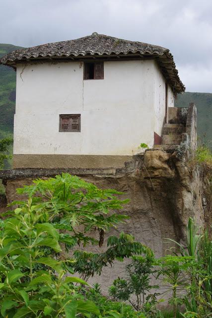 Maison curieusement perchée. El Limonal (Imbabura), 5 décembre 2013. Photo : J.-M. Gayman