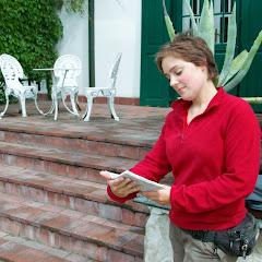 Dystyngowana panienka z dobrego domu oddaje się lekturze przy dworku w Janowcu.