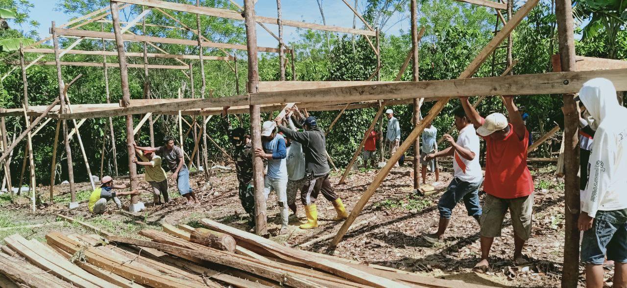 Jaga Kearifan Lokal, Babinsa Bantu Pembangunan Rumah Warga