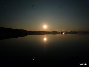 2010/09/22に撮影しました中秋の名月です。ベタ凪の海面が鏡のように満月を反射し、物音一つしない空間で非日常的に輝いてました。