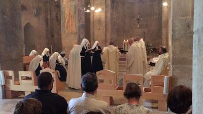 04/ l'office dominical dans l'église de l'abbaye, encens et chants grégoriens…