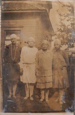 Вторая справа Дарья Сукова (по мужу Голосова).Прим. 1926 г.(из личного архива Орловой Зинаиды Ивановны)