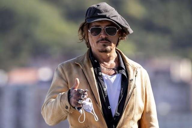 Johnny Depp arrasa na web com música de Jonh Lennon - Do auge á queda