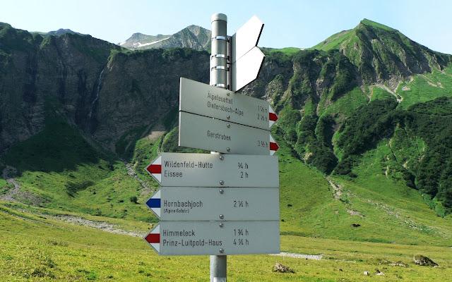Tour Oberstdorf Älpelesattel Allgäu - Wegweiser an der Käseralpe Blick Richtung Älpelesattel