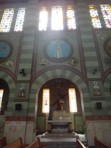 """Vista frontal da Capela dedicada ao """"Senhor dos Passos"""". Toda arte capela simboliza a profissão de fé a que todo Católico proclama na Santa Missa, assim como o sofrimento que Cristo passou para morrer por nós."""
