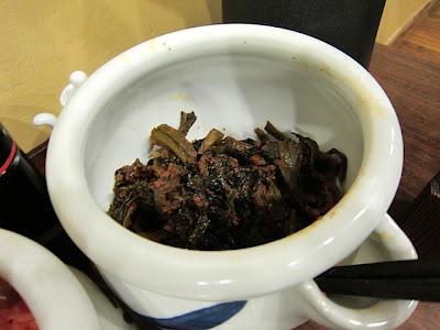 長浜将軍の卓上の辛子高菜。唐辛子まみれで激辛です。