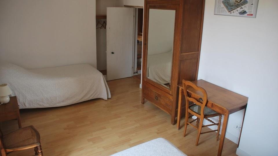 Gîte Le Relais : chambre enfants avec une armoire vitrée et une penderie