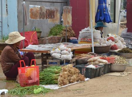 Chợ bán tỏi Lý Sơn vắng khách mua bởi giá quá cao.