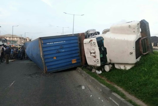 Containerized truck falls on a car with 4 occupants in Lagos