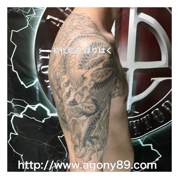 刺青 和彫り 龍 刺青、昇り龍 刺青画像、刺青デザイン、和彫り、化粧彫り、五分袖、烏彫り、透かし彫り、龍の刺青画像。雲、霧、波、炎、煙、菊 刺青、花、梵字、龍、タトゥー デザイン、竜、タトゥー、リュウ、タトゥー画像、りゅう。ほりはく日記、初代 彫迫 刺青 ほりはく。tattoo. irezumi.design.gazou.