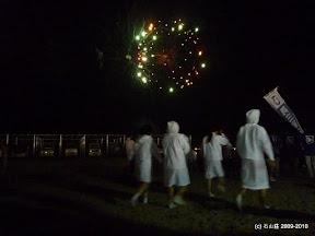 閉めの花火が始まりました。前を通りますのは海女の姿したじゃこっぺ踊り人。