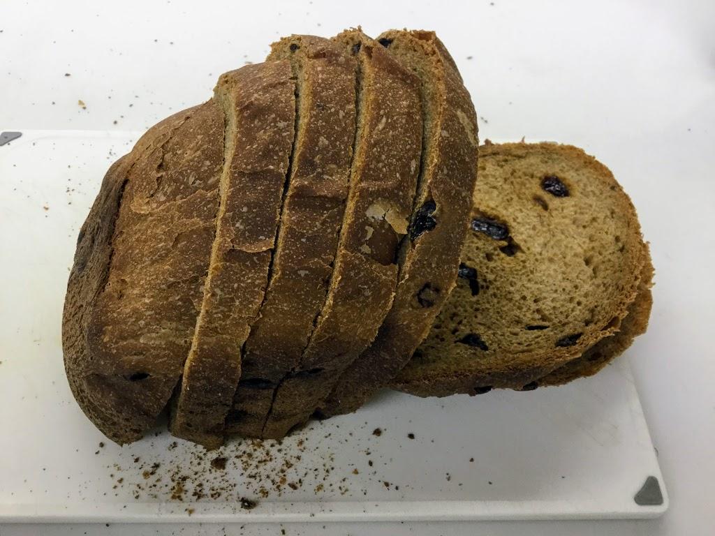 天然酵母で焼く全粒粉100%のパン。ホームベーカリーに任せると、思ったより簡単でした。ご飯を炊く手間くらいのイメージ。の画像