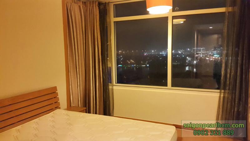 Phòng ngủ tại Saigon Pearl bán với ô cửa kính view khu biệt thự