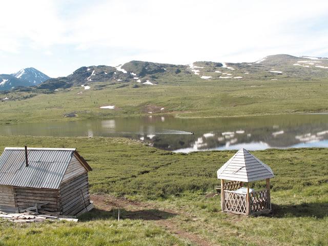 Au bord du lac Ozero Bezimyannoe (Chibitka ?) (2150 m) dans les Monts Severo-Chuyskij (au nord d'Aktash). 11 juillet 2010. Photo : J. Marquet