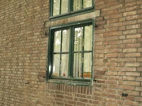 Zuidkamp gebouw Z31 - haken om de ijzeren luiken voor de ramen te hangen.