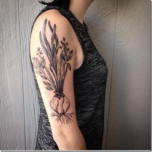 tatuaje_de_cebolla_en_tonos_de_gris_en_el_brazo