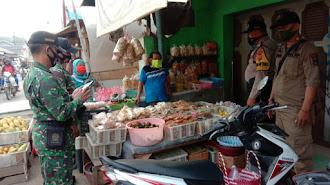 Tinjau AKB, Danramil 0408/Cilamaya Peringatkan Protokol Kesehatan di Pasar Cilamaya