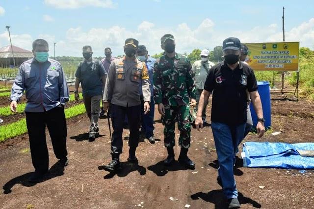 Gubri Drs H. Syamsuar, M.Si. didampingi Kapolres Bersama Dandim 0303 Bengkalis Tinjau Kampung Tangguh