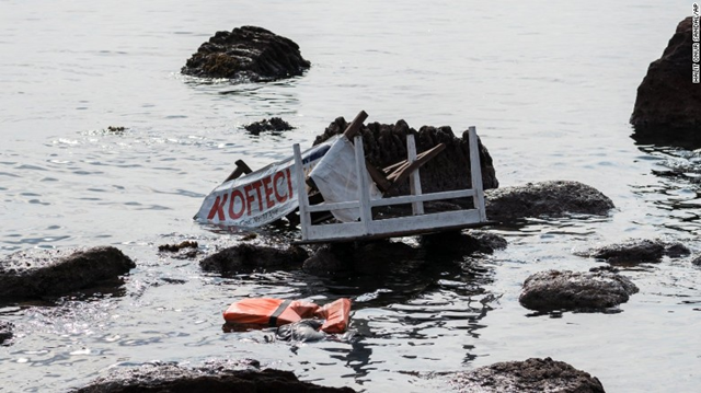 The remains of a boat that was carrying migrants are seen on the shoreline near the Aegean town of Ayvacik, Canakkale, Turkey, 30 January 2016. At least 33 migrants died after the boat capsized in the Aegean Sea. Photo: CNN