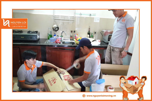 Nhân viên Nguyên Lợi đóng gói thùng carton
