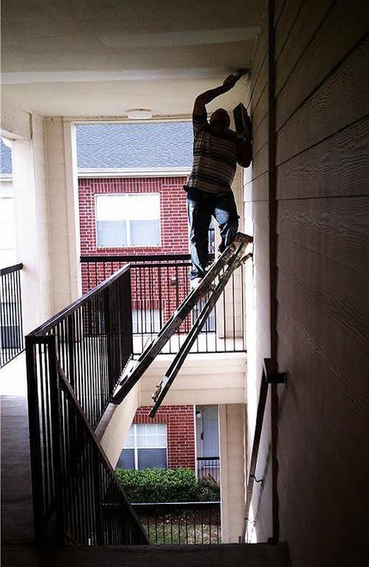 Hombre subido a una escalera poco segura