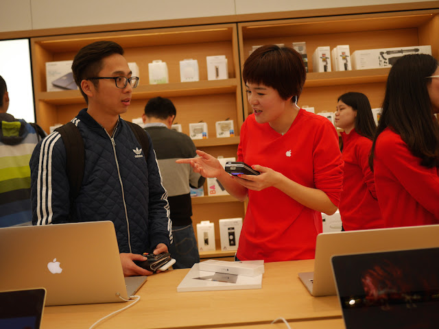 person making a purchase with a credit card at the SM Lifestyle Center Apple Store in Xiamen, China