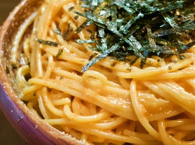 ウニが絡んで黄色みを帯びた麺と刻み海苔