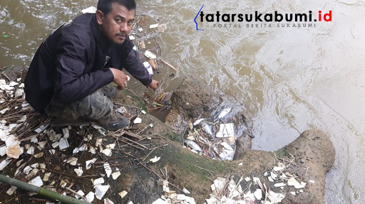 Sungai Cimahi Cibadak Diduga tercemar, bangkai Ikan ditemukan di Sungai // Foto : Isep Panji