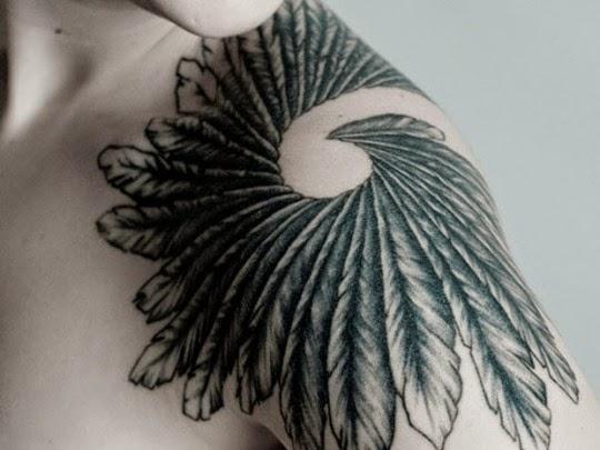 Penas de tatuagens no ombro, dando um olhar impressionante para Ombro