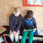 Leerlingen van het 3de en 5de lezen samen