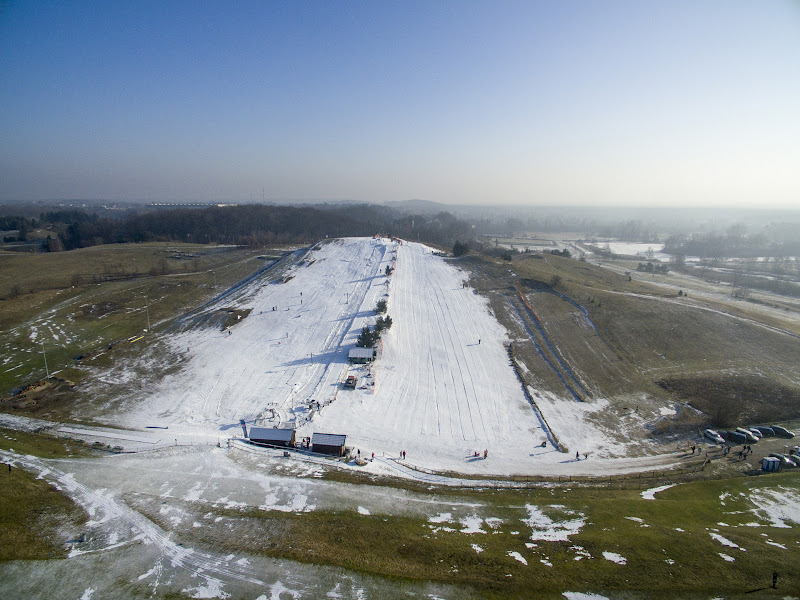 wynajem drona zdjęcia z lotu ptaka z drona stok narciarski w Myślęcinku w Bydgoszczy z lotu ptaka
