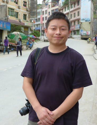 je lui ai demande s il était touriste,il m a répondu qu il était policier, ce qui est d ailleurs brodé sur son tee shirt...bleu sur bleu... Il m a donne son portable et recommandé de l appeler  si j avais un problème à LEI BO...