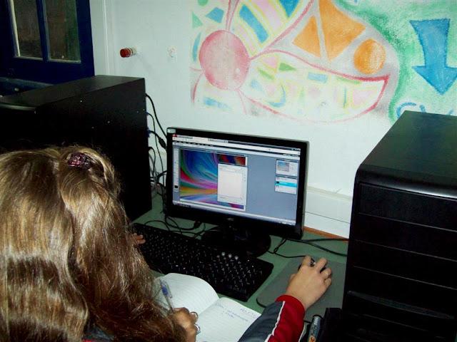 Alumnos diseñando con Pixlr