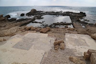 10-05/ Partis du Mont Thabor, nous arrivons sur le site antique de la Césarée maritime. Derrière le groupe, vous pouvez voir le stade