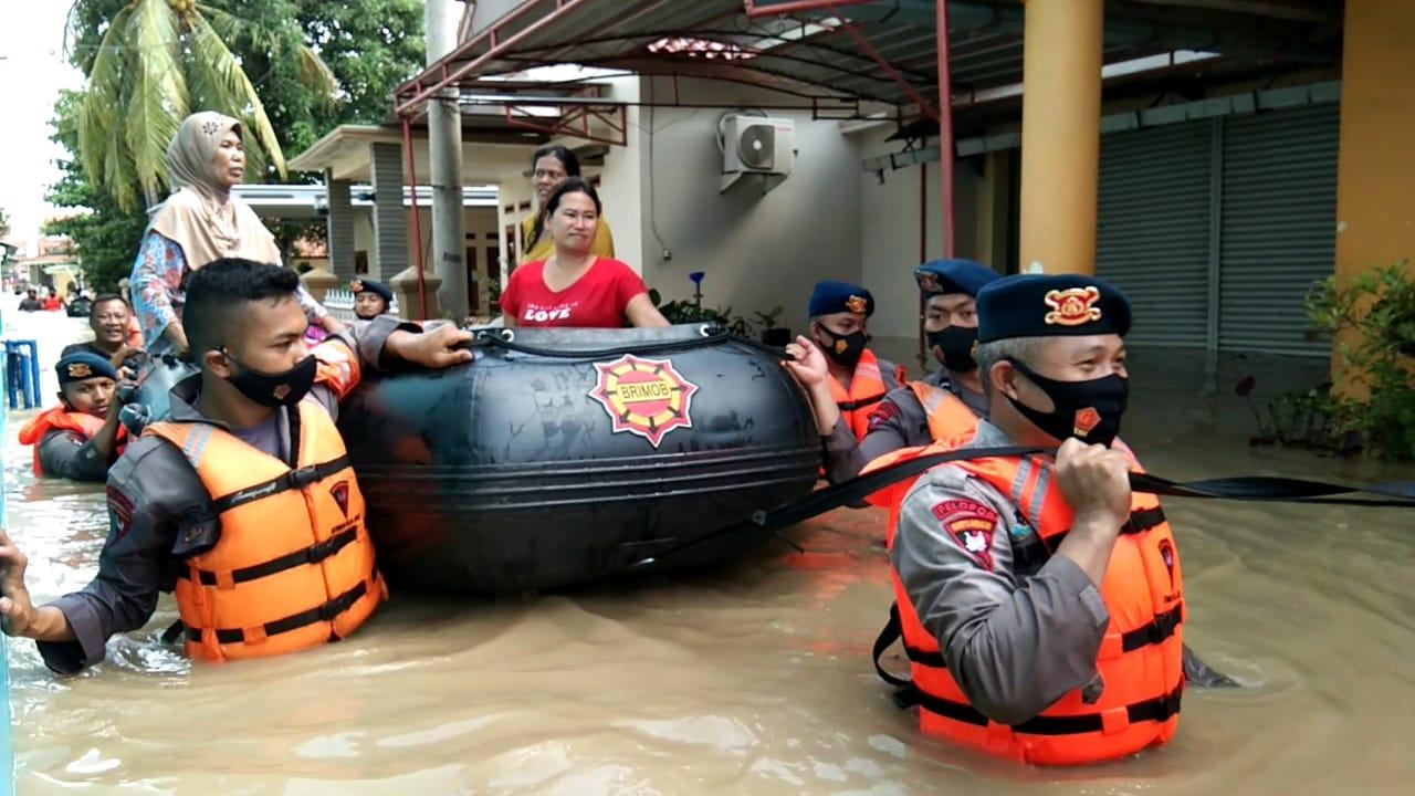 Personel Sat Brimob Polda Jabar Evakuasi Korban Banjir Pamanukan