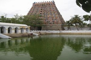 Mayiladuthurai Temple Main Gopuram View With Temple Tank 01