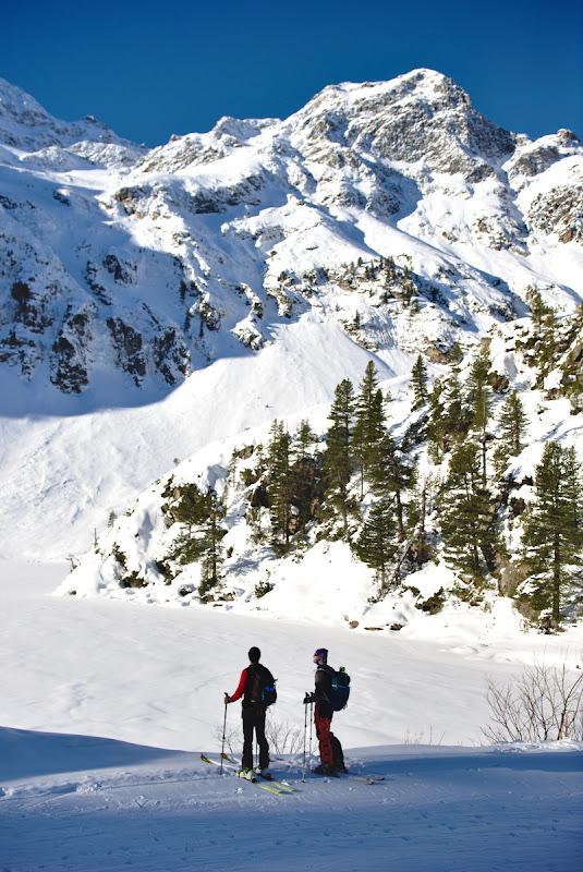 Urcand cu spor pe schiuri de tura, printre varfuri de 3000 de metri.