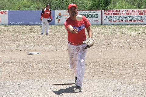 David García de Cerveceros lanzando en el softbol del Club Sertoma
