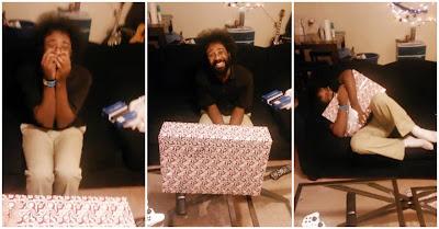 Reacção de um homem ao receber PlayStation 4 de presente de Natal