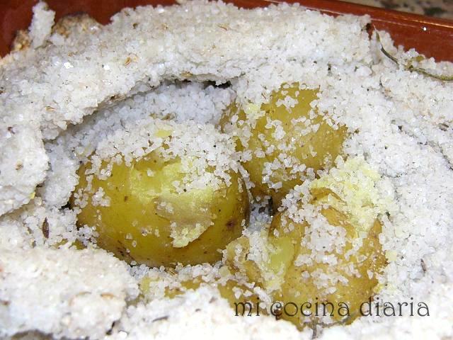 Patatas aromáticas a la sal (Ароматная картошка, запеченная в соли)