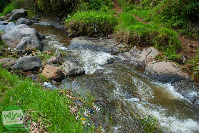 Anak sungai Brantas yang harus dilewati pengunjung bila hendak mendekat ke air terjun Coban Talun di Kota Batu