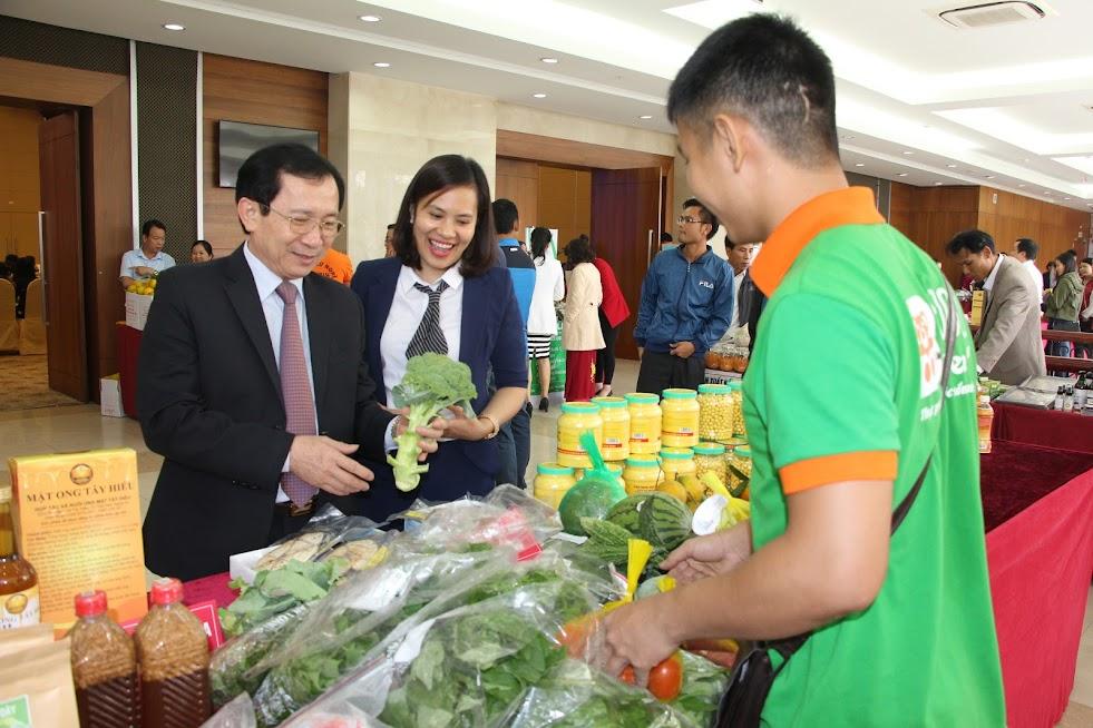 Lãnh đạo tỉnh tham quan gian hàng giới thiệu sản phẩm tại Hội nghị kết nối cung - cầu hàng hóa, dịch vụ tỉnh Nghệ An