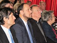 01 A közönség soraiban az előadók.jpg